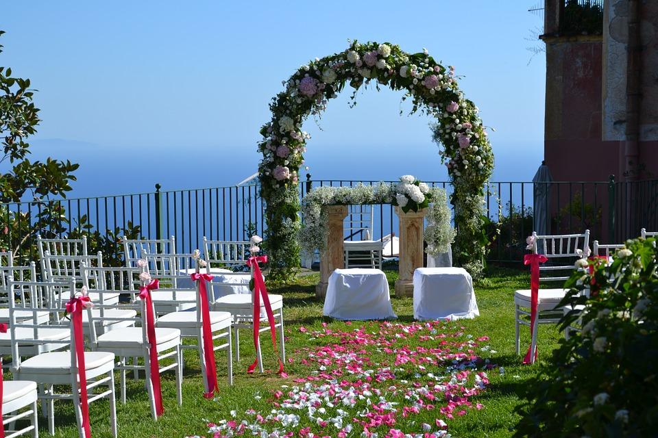 Tante idee originali per un arco di fiori per un for Addobbi piscina per matrimonio